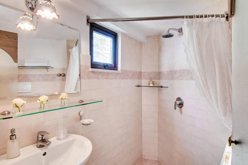 Jaracanda bathroom