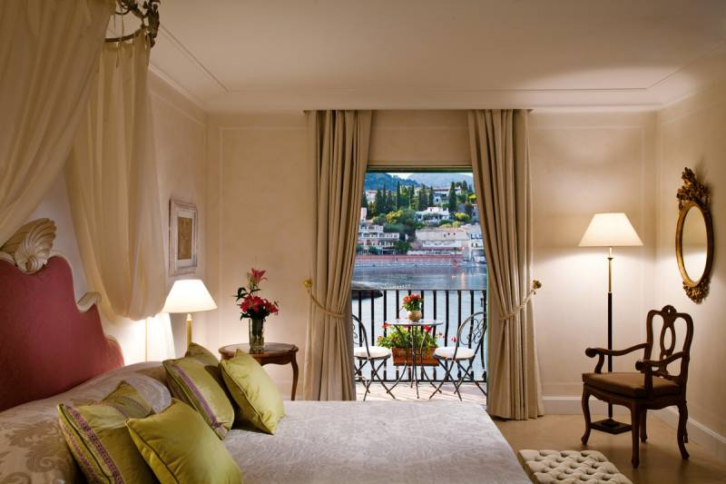 Deluxe Suite with Sea view and balcony