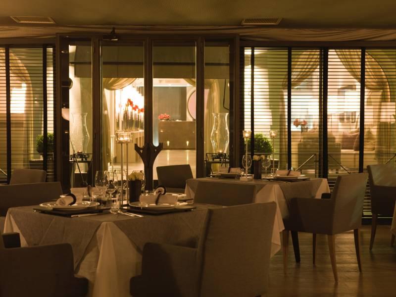 Spectacular Restaurant day or night