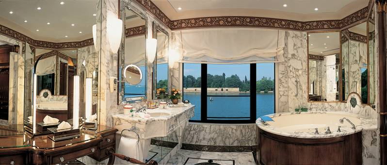 The exclusive marble bathroom of the Palladio Suite