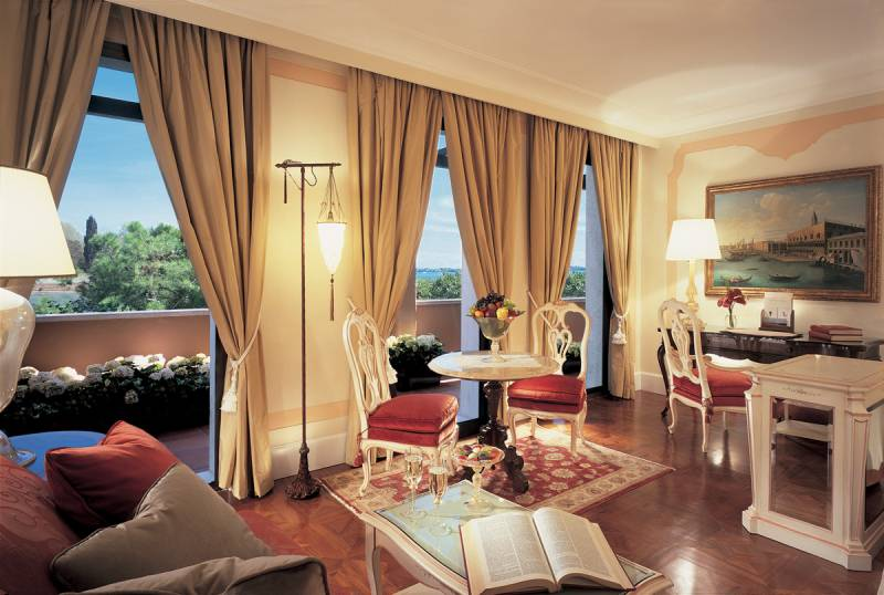 Double room with private terrace overlooking the lagoon