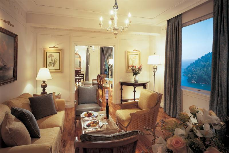 Living area of a Deluxe Suite with magnificent sea view at Hotel Splendido