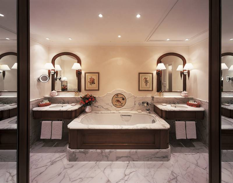 The bathroom of an Executive Junior Suite at Hotel Splendido