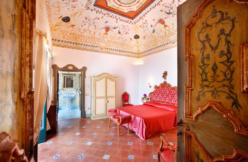 Bedrooms with original frescoes